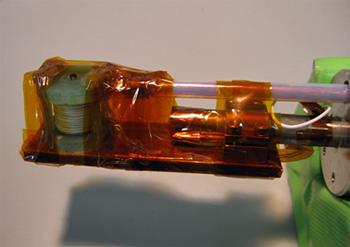 図1:冷却装置の先端に取り付けた超小型パルスマグネットの写真